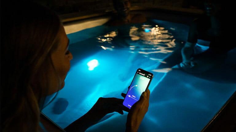vortex whirlpool technologie - beleuchteter Whirlpool outdoor szene und Wifi Steuerung